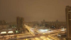 Meningsnacht en ochtend die door in stad wordt overgegaan lichten gebouwen De winter Timelapse stock video