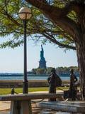 Meningsstandbeeld van Vrijheid van Ellis Island New York wordt gezien dat royalty-vrije stock afbeelding