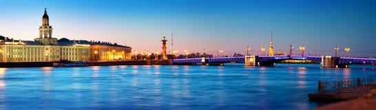 Meningsti Heilige Peterburg bij nacht Stock Foto
