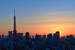 Meningszonsondergang bij de toren van Tokyo in Japan Stock Afbeeldingen