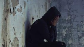 Menino adolescente afro-americano que esconde entre ruínas e que grita, desespero, solidão filme