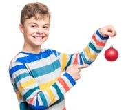 Menino adolescente com bola do Natal Imagens de Stock Royalty Free