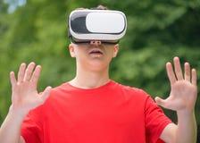 Menino adolescente com vidros de VR Imagens de Stock Royalty Free