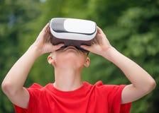 Menino adolescente com vidros de VR Fotos de Stock Royalty Free