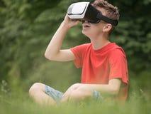 Menino adolescente com vidros de VR Imagens de Stock