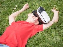 Menino adolescente com vidros de VR Fotografia de Stock