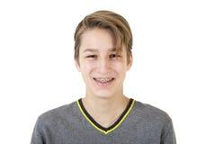 Menino adolescente de sorriso com cintas ortodônticas fotos de stock