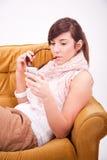 Menino adolescente e menina com um telefone Fotos de Stock
