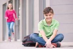 Menino adolescente e menina de volta à escola fotografia de stock