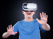 Menino adolescente em vidros de VR Fotos de Stock Royalty Free