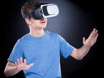 Menino adolescente em vidros de VR Foto de Stock Royalty Free