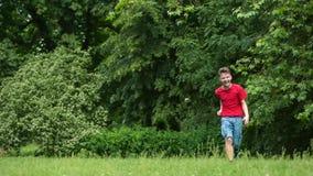 Menino adolescente que corre no parque video estoque