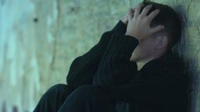 Menino adolescente que esconde na entrada, cansado da violência e do ridículo, vítima de tiranizar filme