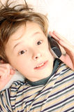 Menino adolescente que fala no telefone de pilha Imagens de Stock Royalty Free