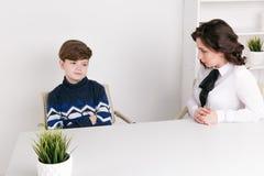 Menino adolescente que fala a seus trabalhador e paciente de Social do terapeuta fotos de stock royalty free