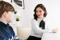 Menino adolescente que fala a seus trabalhador e paciente de Social do terapeuta foto de stock