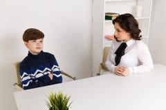 Menino adolescente que fala a seus trabalhador e paciente de Social do terapeuta fotos de stock