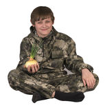 Menino adolescente que guarda cebolas imagem de stock