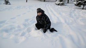 Menino adolescente que joga na neve vídeos de arquivo
