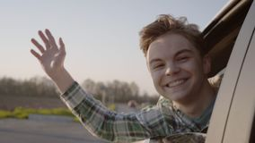 Menino adolescente que olha para fora a janela de carro vídeos de arquivo