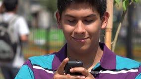Menino adolescente que texting usando o smartphone vídeos de arquivo