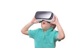 Menino adolescente surpreendido que veste os óculos de proteção da realidade virtual que olham filmes Imagens de Stock Royalty Free