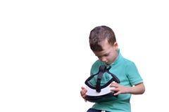 Menino adolescente surpreendido que veste os óculos de proteção da realidade virtual que olham filmes Fotografia de Stock Royalty Free