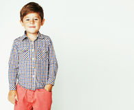 Menino adorável bonito pequeno que levanta gesticular alegre no branco para trás fotos de stock royalty free