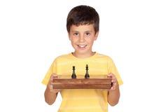 Menino adorável com tabuleiro de xadrez imagem de stock