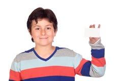 Menino adorável com um cartão em branco Fotos de Stock Royalty Free