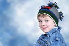 Menino adorável no chapéu do inverno fotos de stock royalty free