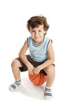 Menino adorável que joga o basquetebol fotografia de stock royalty free