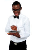 Menino africano de sorriso que usa o tabuleta-PC Fotografia de Stock Royalty Free