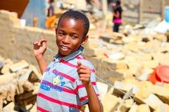 Menino africano em um distrito danificado furacão fotografia de stock