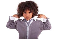 Menino africano pequeno que mostra seus músculos foto de stock