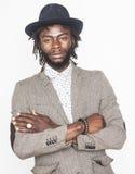 Menino afro-americano considerável novo no chapéu à moda do moderno que gesticula emocional isolado no sorriso branco do fundo imagem de stock