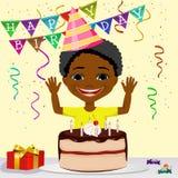 Menino afro-americano do menino que comemora seu sorriso do aniversário ilustração royalty free