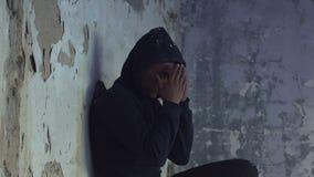 Menino afro-americano que esconde entre ruínas e que grita, criança da guerra, desespero video estoque