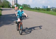 Menino agradável que dá um ciclo no parque Foto de Stock Royalty Free