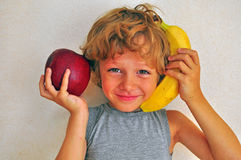 Menino alegre com frutos Foto de Stock Royalty Free