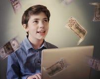 Menino ambicioso bem sucedido talentoso do adolescente com o portátil autônomo imagens de stock royalty free