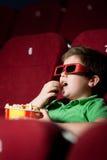 Menino amedrontado no filme 3D Fotografia de Stock Royalty Free