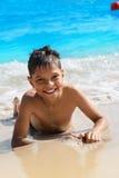 Menino animador na praia Fotos de Stock Royalty Free