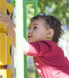 Menino 2 anos que jogam no campo de jogos Foto de Stock