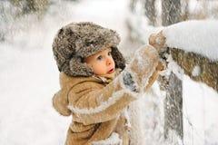 Menino apenas no inverno na floresta fotografia de stock royalty free