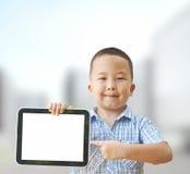 Menino asiático 6 anos com tabuleta Foto de Stock