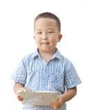 Menino asiático 6 anos com tabuleta Imagens de Stock