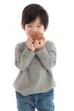 Menino asiático bonito que come o sopro de creme fotos de stock