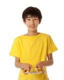Menino asiático chinês adolescente que baralha cartões Fotografia de Stock Royalty Free