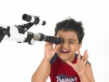 Menino asiático com telescópio Imagem de Stock Royalty Free